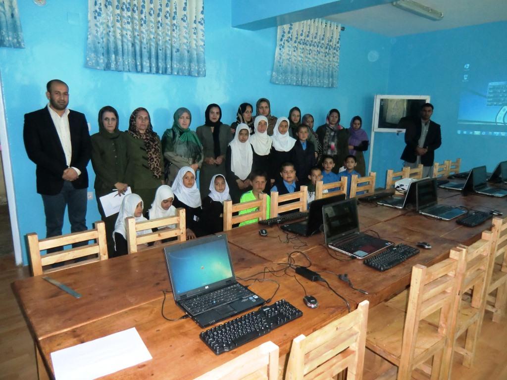 Mädchen und Jungen einer Computerklasse