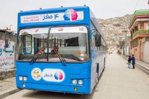 Blauer Bus mit dem Projektlogo