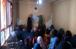 Zwei Lehrerinnen unterrichten Mütter und Töchter